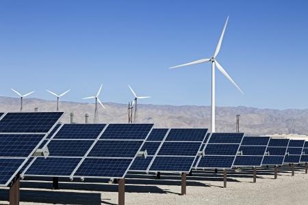 ソーラー パネルと風力タービン、フィールドでのビュー