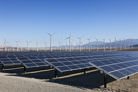 paneles solares: Una vista de los paneles solares y la turbina de viento en el campo Foto de archivo