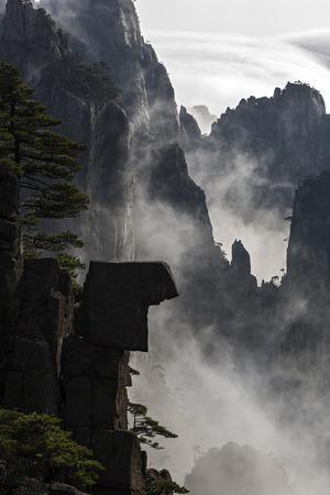 黄山の黄色、中国で霧の日のビュー