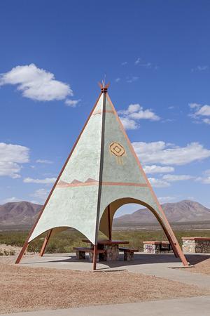 インディアン テントが高速道路ピクニック エリアに設置