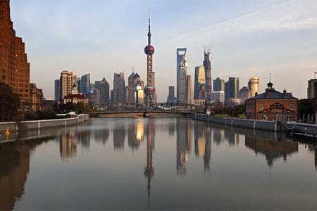 夕暮れ時、中国上海浦東 報道画像
