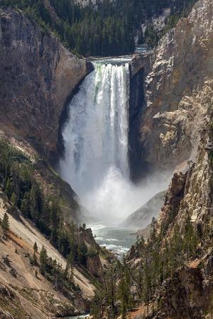 イエローストーン国立公園 (ワイオミング州) で下の滝
