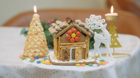 Family traditions. Decoration gingerbread house. Preparing for the holiday of Christmas Zdjęcie Seryjne