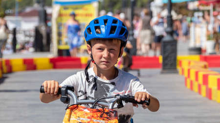 Child drives an electric car. Go-karts for children. Stockfoto