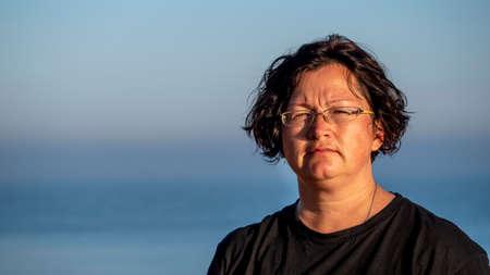 Portrait of a woman against the sea. Zdjęcie Seryjne
