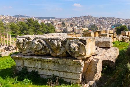 Römische Ruinen in der Stadt Jerash Standard-Bild - 34872037