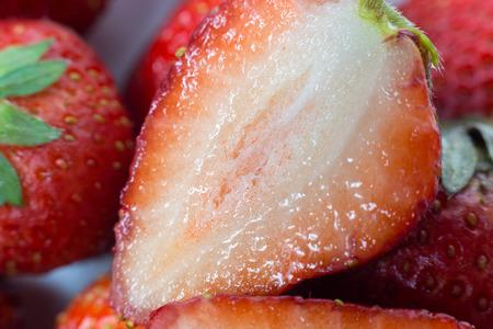 Rote Erdbeeren auf weißem Hintergrund. Standard-Bild - 41855348