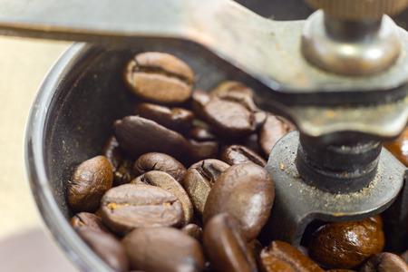 Eine altmodische Hand Grat Mühle Kaffeemühle. Standard-Bild - 42044619