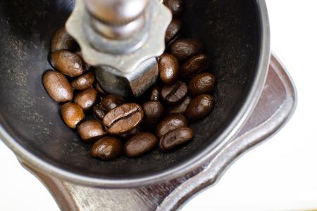 Eine altmodische Hand Grat Mühle Kaffeemühle. Standard-Bild - 42044620