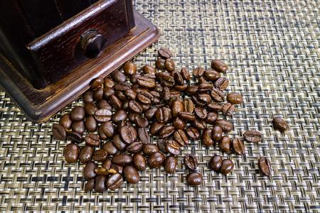 Eine altmodische Hand Grat Mühle Kaffeemühle. Standard-Bild - 42044621