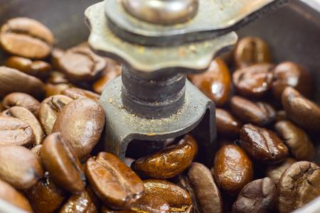 Eine altmodische Hand Grat Mühle Kaffeemühle. Standard-Bild - 42044622
