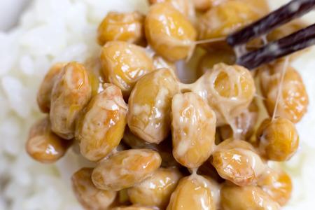 Nattou, fermentierte Sojabohnen Standard-Bild - 42086836