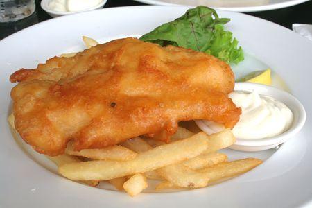 fish and chips: Pesque las virutas del n, tradicionalmente cerveza estropeada y frita Foto de archivo