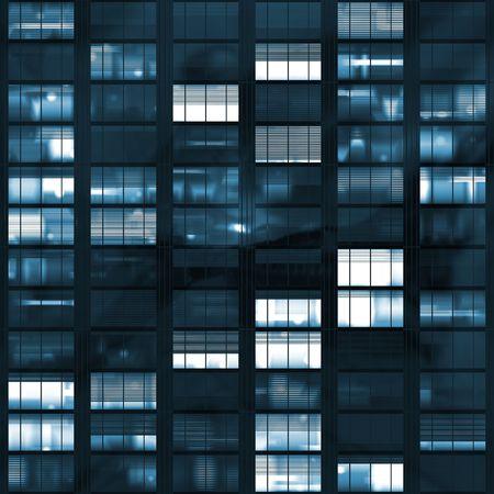ブルーの色調で暗闇の後の voyeuring 事務所ビル