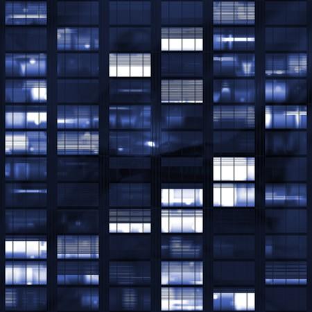 ブルーの色調で暗闇の後の voyeuring 事務所ビル 写真素材 - 4026163