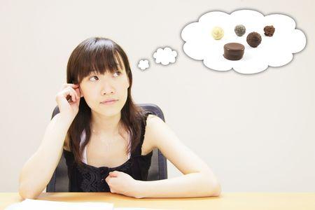 prestar atencion: Muchacha con un antojo de chocolate de Alimentos Foto de archivo