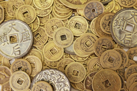 monedas antiguas: Monedas chinas en una pila como fondo Foto de archivo