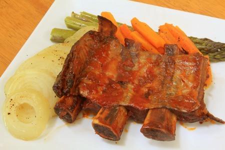 carnes: Costillas de carne con verduras al vapor Plato Gourmet Foto de archivo