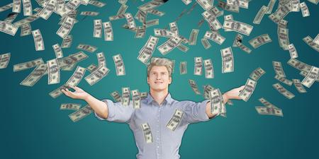 raining: Cogida del hombre Dinero que cae del cielo en dólares estadounidenses Foto de archivo
