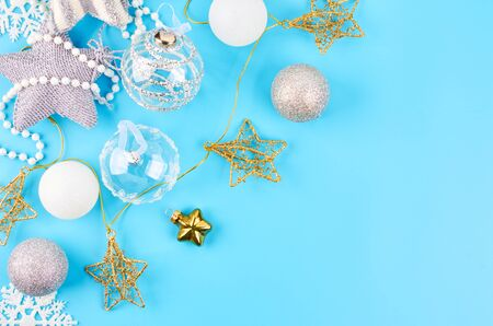Christmas background with various Christmas decorations, colored garlands and beads, on a blue background. Christmas decorations. Christmas background. Space for text. Archivio Fotografico - 133807678