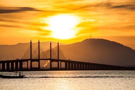 マレーシア、ジョージタウンの海岸から見たペナン橋の眺め