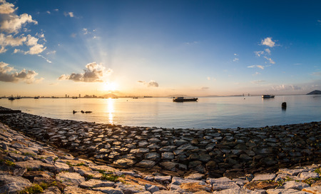 Sunrise or sunset landscape view by the shore for beautiful background Stockfoto