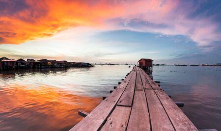 Widok na molo Clan Tan podczas wschodu słońca w George Town, Penang