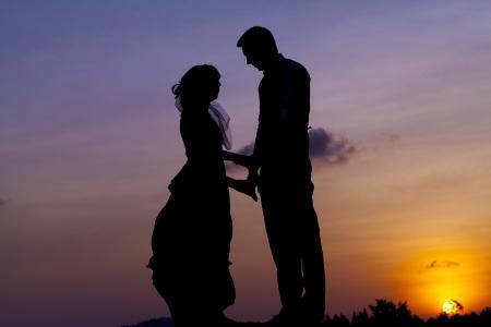 siluetas de enamorados: Silueta pareja Foto de archivo