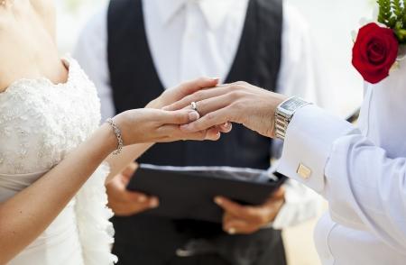 Hände neu über Eheringe verheiratet