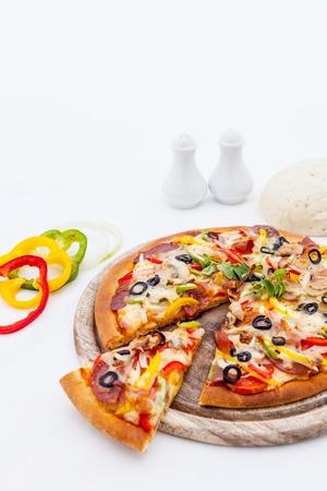 Leckere hausgemachte Pizza mit Schinken und Gemüse.