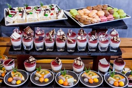 podnos: Různé dezert bufet pro oslavu Reklamní fotografie