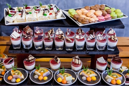 postres: Varios buffet de postres para celebrar Foto de archivo