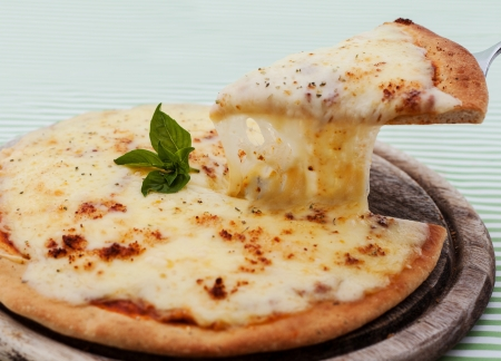 Pizza hecha en casa deliciosa con el jamón y verduras Foto de archivo - 24901043