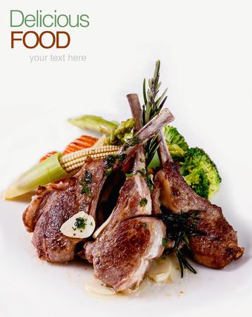 Gegrilde Lamb Chops met groenten en basilicum Stockfoto