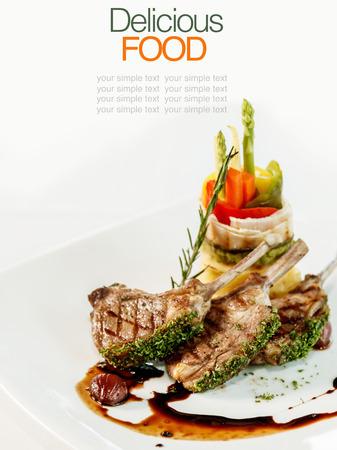 Gebratene Lammkoteletts mit Gemüse und Basilikum
