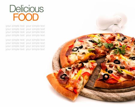 rebanada de pizza: Pizza hecha en casa deliciosa con el jam�n y verduras Foto de archivo