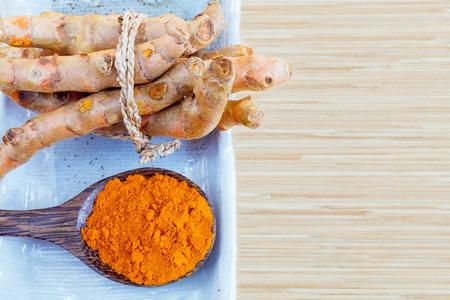 Natural Spa Zutaten. - Kurkuma und Honig für die Hautpflege.