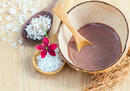 piel: Ingredientes Naturales Spa. - Ingredientes Sal marina para fregar y cuidado de la piel. Foto de archivo