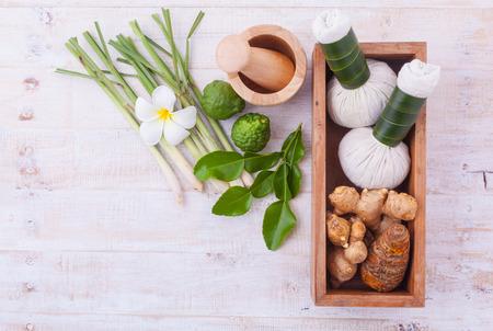 massieren: Natural Spa Zutaten. Die Kräuterstempel Ball und Massageöl für Spa-Behandlung. Lizenzfreie Bilder