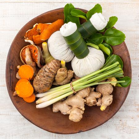 hierbas: Ingredientes Naturales Spa. El bal�n ha compresa de hierbas e ingredientes para tratamiento de spa.