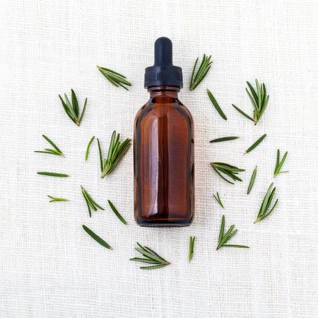 aceite de cocina: Natural Spa Ingredientes romero aceite esencial de aromaterapia. Foto de archivo