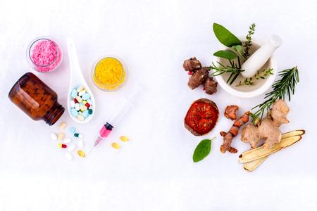 Pflanzliche Arzneimittel gegen chemische Medizin die alternative gesunde Sorgfalt auf weißem Hintergrund.