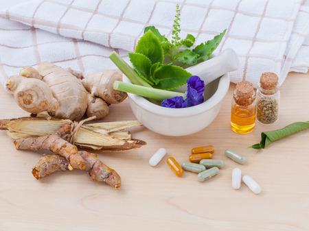 Alternative Gesundheits frische Kräuter, trocken und Kräuter-Kapsel mit Mörtel auf hölzernen Hintergrund. Standard-Bild - 41924659