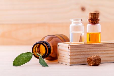 Natural Spa Zutaten Salbei ätherisches Öl für Aromatherapie mit Salbeiblatt auf Holzuntergrund. Lizenzfreie Bilder