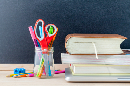 fournitures scolaires: Retour au concept de l'�cole de fournitures scolaires pour ordinateur portable, livre, stylo, souris et crayon de couleur sur la table en bois. Banque d'images