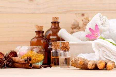 Natural Spa Zutaten Aromatherapie und Natural Spa Thema auf hölzernen Hintergrund.