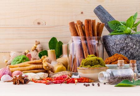 Assortiment van Thais eten koken ingrediënten en plakken van Thaise populair voedsel rode curry en groene curry.