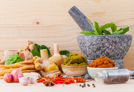 タイ料理食材と赤いタイの人気料理カレーとグリーン カレーのペーストの品揃え。 写真素材 - 44902735