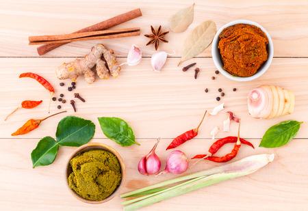 태국 음식 요리 재료 및 타이어 인기있는 음식 빨간 카레와 녹색 카레 붙여 넣기의 구색.