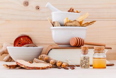 代替薬用、乾燥ハーブと木の背景にモルタルで健康的なレシピの漢方薬。
